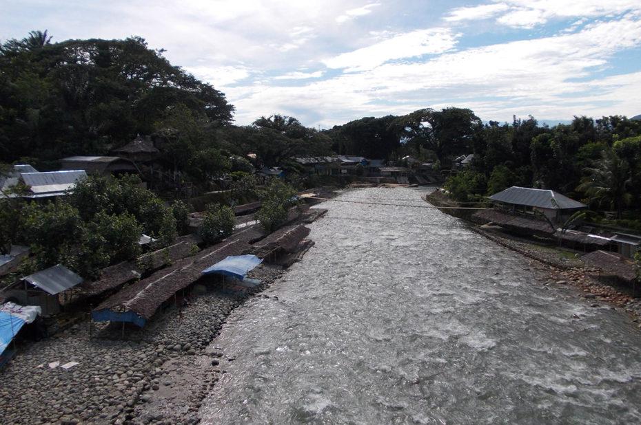La rivière qui traverse le village de Bukit Lawang