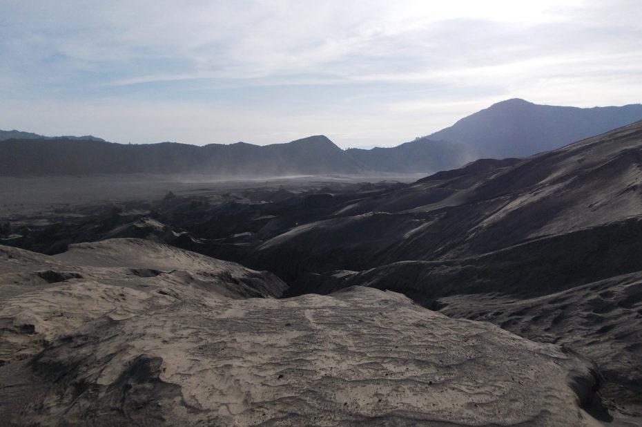 Spectacle lunaire dans ce désert de cendres autour du volcan Bromo