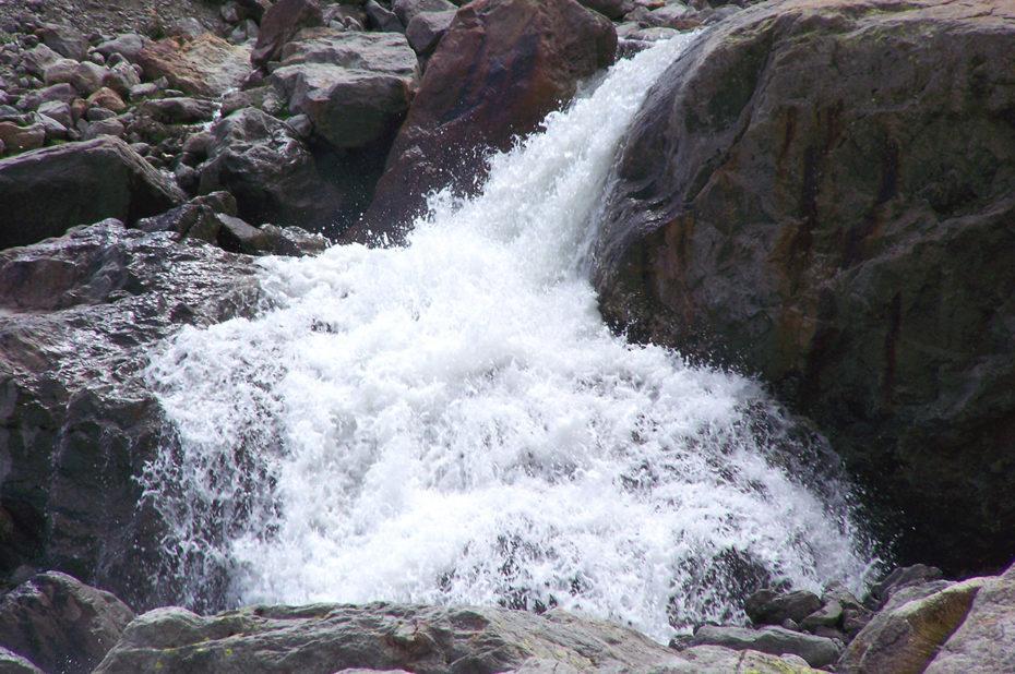 Le torrent bouillonnant descendant du lac des Quirlies