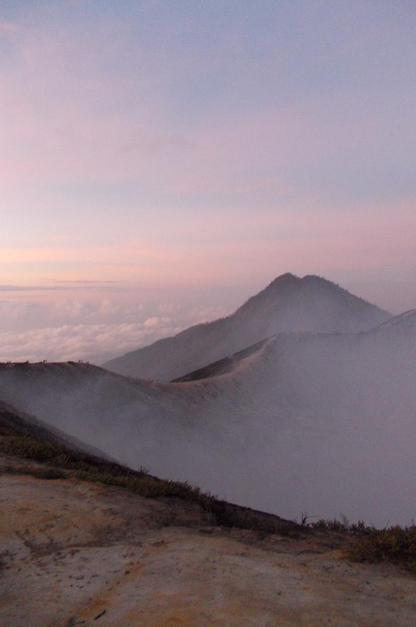 Ciel rose au lever du soleil sur le volcan Kawah Ijen