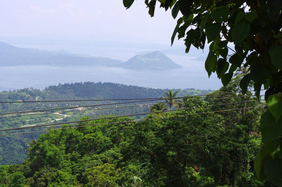 Vue sur le lac Taal et son volcan en activité