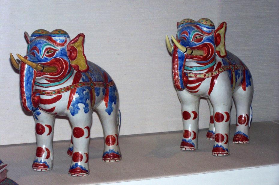 2 éléphants en porcelaine de la période d'Edo