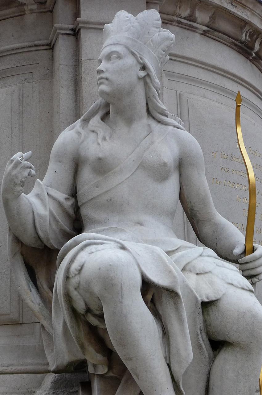Archer aux pieds de la statue de la Reine Anne