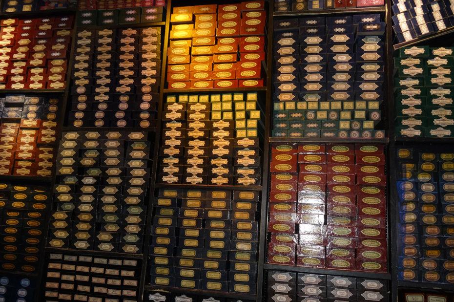Les boîtes de baguettes dans la boutique d'Ollivander