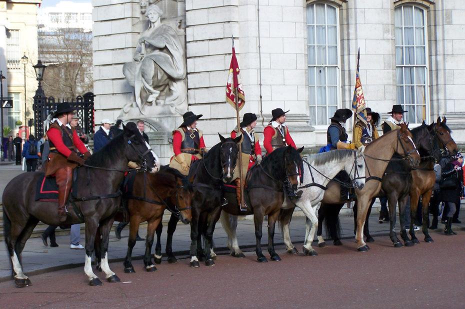 Des chevaux et des porteurs de drapeaux