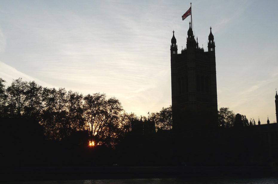 Crépuscule sur la Tour Victoria où flotte l'Union Jack