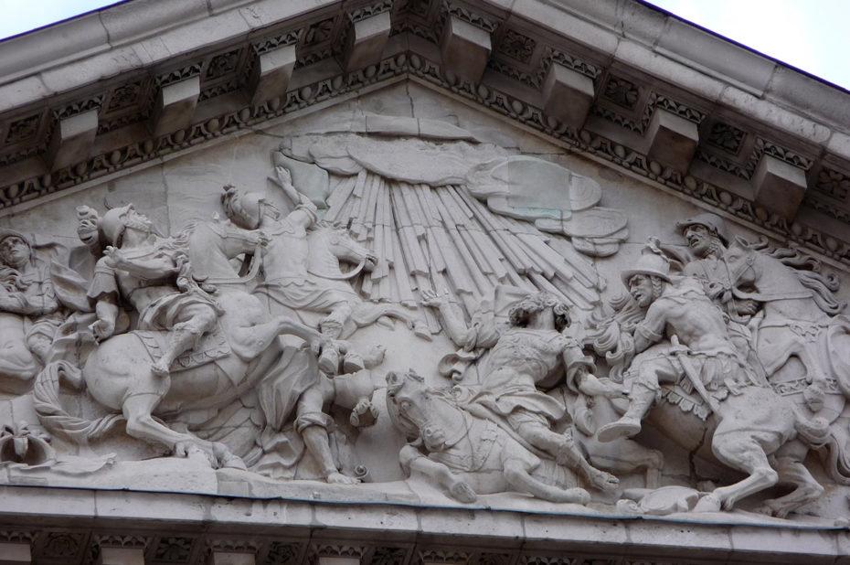 Détail du fronton de la cathédrale