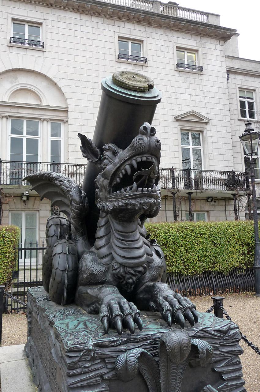 Un dragon orne un canon en bronze