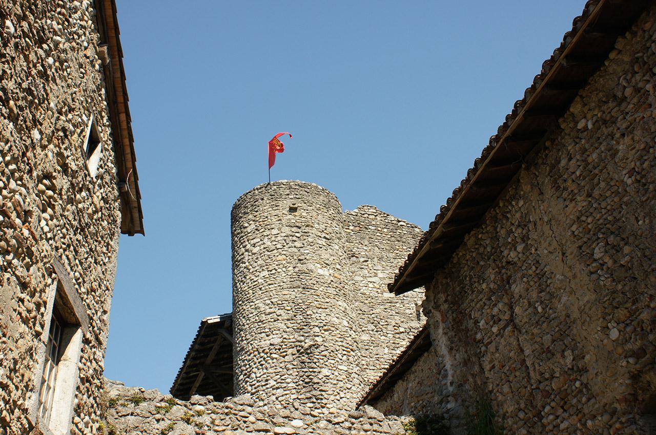 Drapeau sur les ruines du château de Pérouges