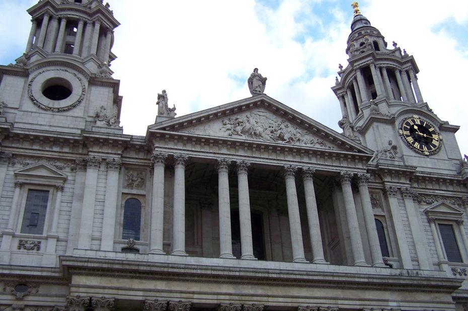 La façade principale côté ouest, avec les deux tours horloges