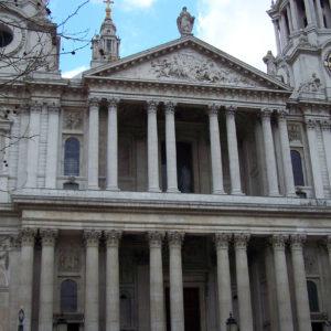 La cathédrale a été reconstruite par l'architecte Christopher Wren
