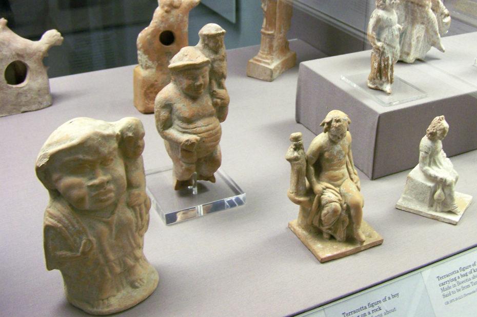 Figurines provenant de la nécropole de Tanagra