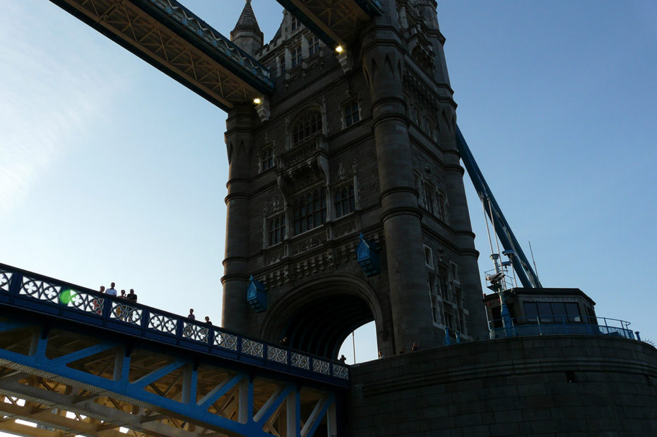 Les gens se promènent sur Tower Bridge, véritable attraction