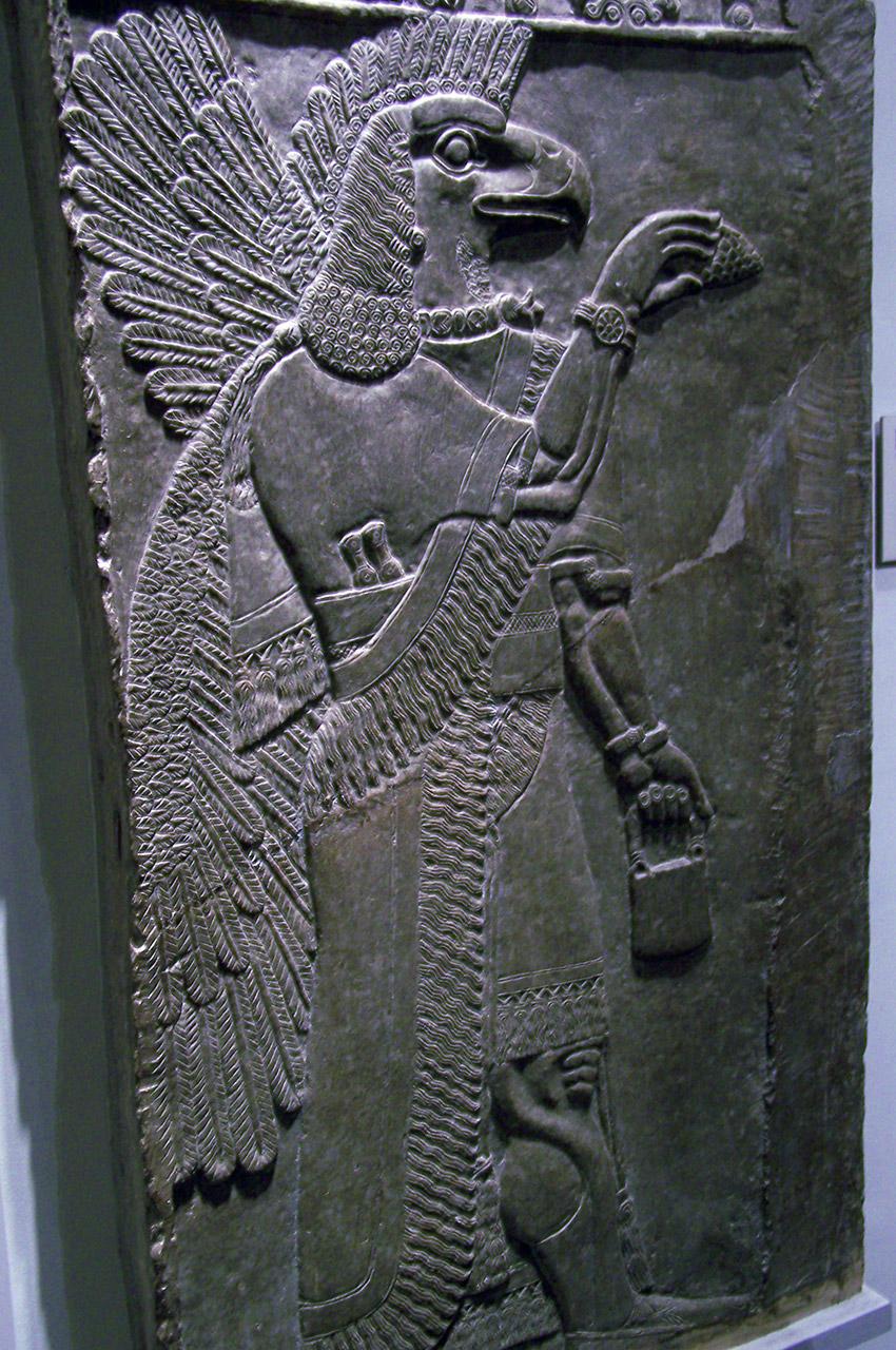 Grand relief de pierre d'une créature apotropaïque ailée - Assyrie