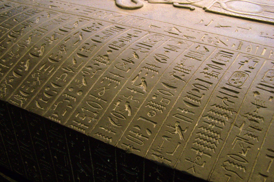 Hiéroglyphes sur un sarcophage égyptien