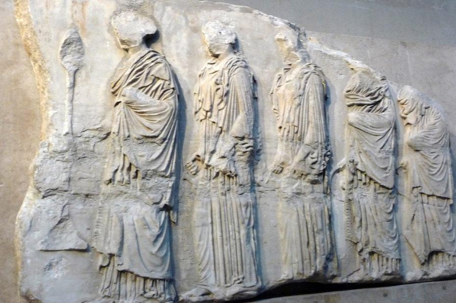 Frise des Panathénées, jeunes filles portant des offrandes