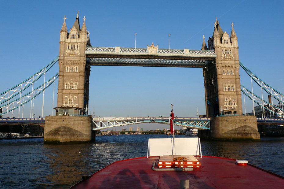 Le London Bridge ou pont de Londres vu depuis le bateau