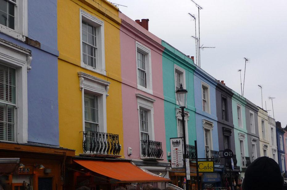 Les maisons colorées de Notting Hill dans la grisaille