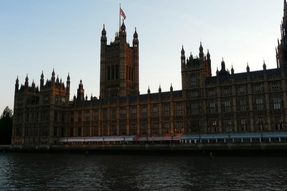 Les maisons du Parlement de Londres au crépuscule