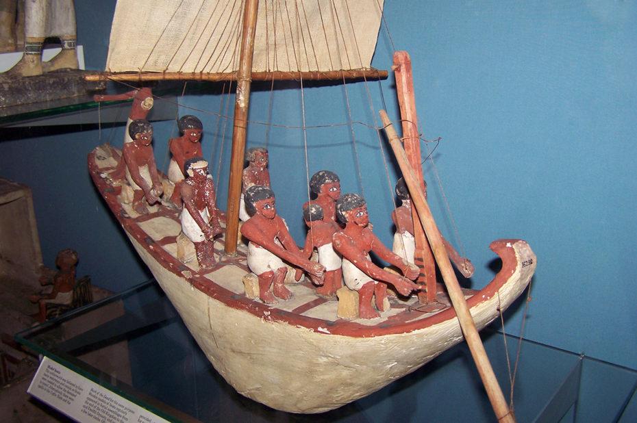 Modèle de bateau en bois de l'Égypte Antique