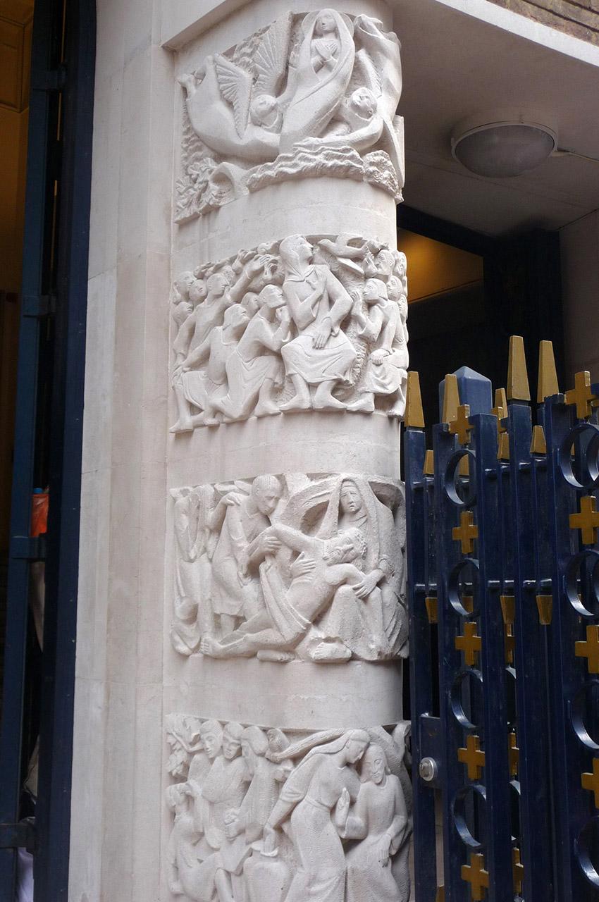 Sculptures sur l'un des montants de l'entrée