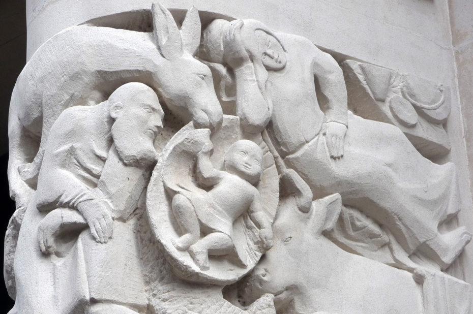 Sculpture de la Nativité à l'entrée de Notre-Dame de France