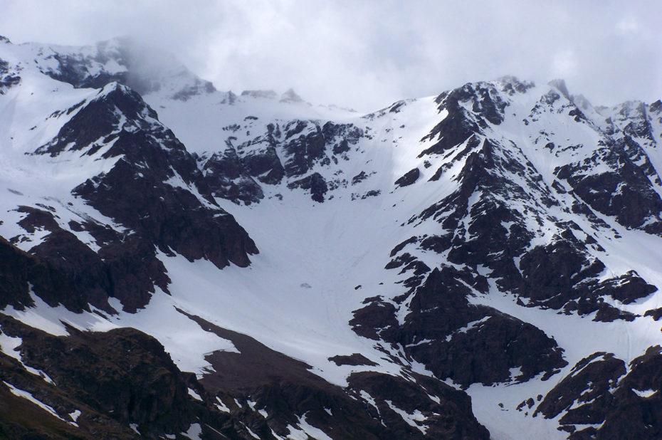 Les sommets des Écrins encore bien enneigés en mai