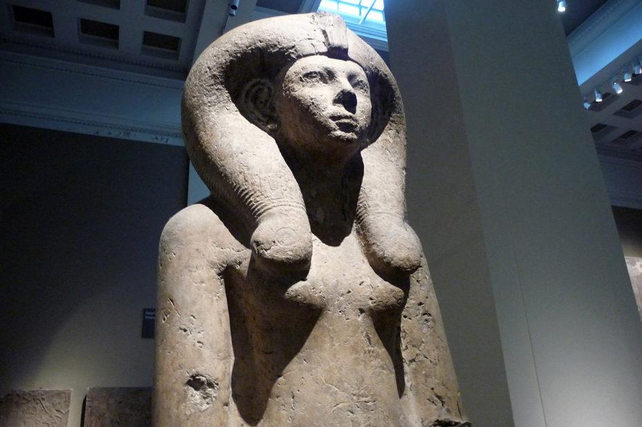 Statue assise de la reine Ahmose-Merytamon portant une coiffe d'Hathor