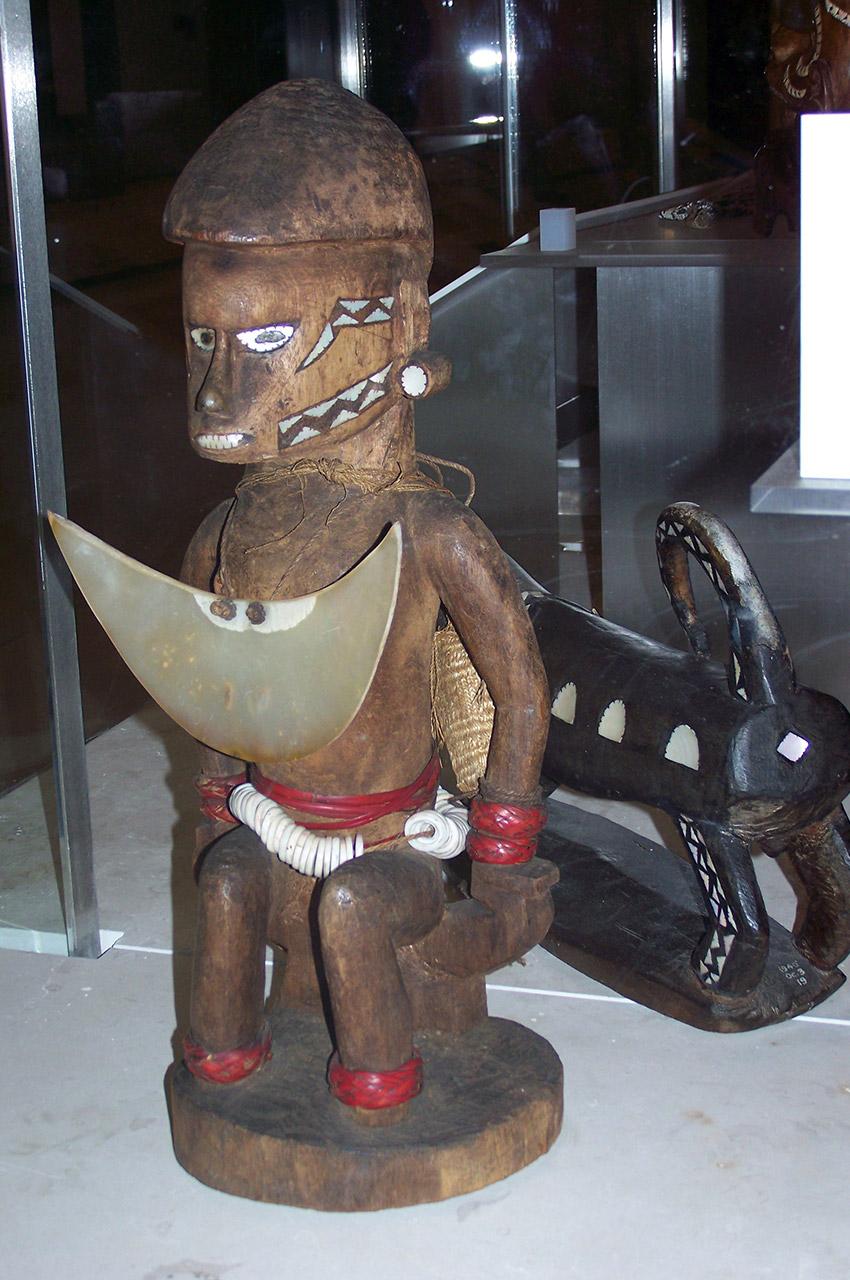 Statuette en bois d'un guerrier