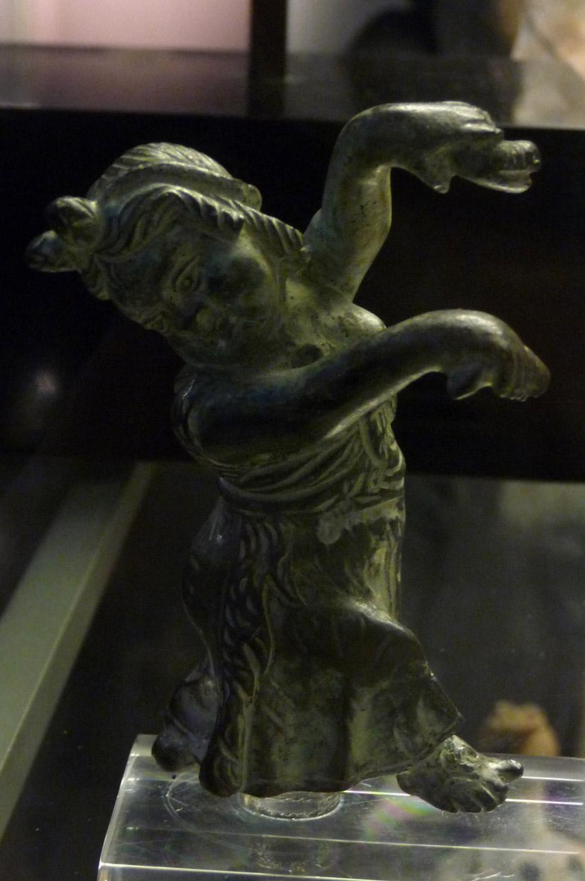 Statue en bronze d'un enfant qui danse