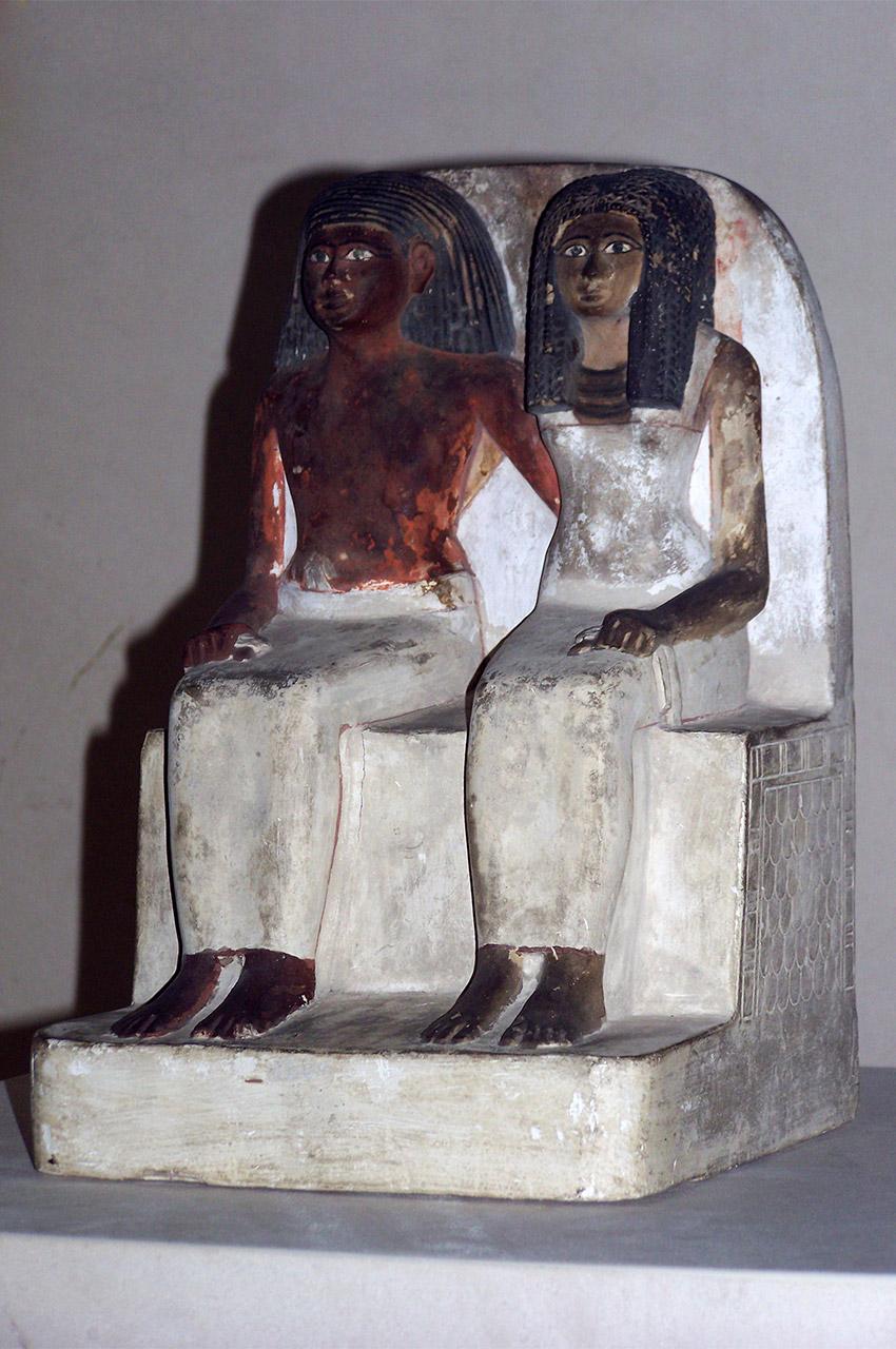 Statue de calcaire peint d'un mari et sa femme