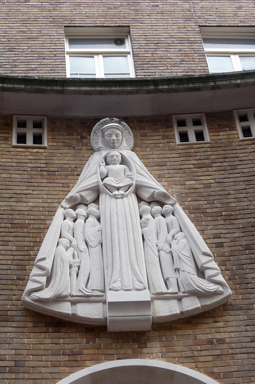 Statue au-dessus de l'entrée de Notre-Dame-de-France