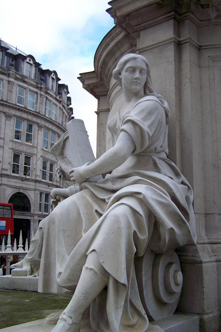Statue jouant de la harpe celtique