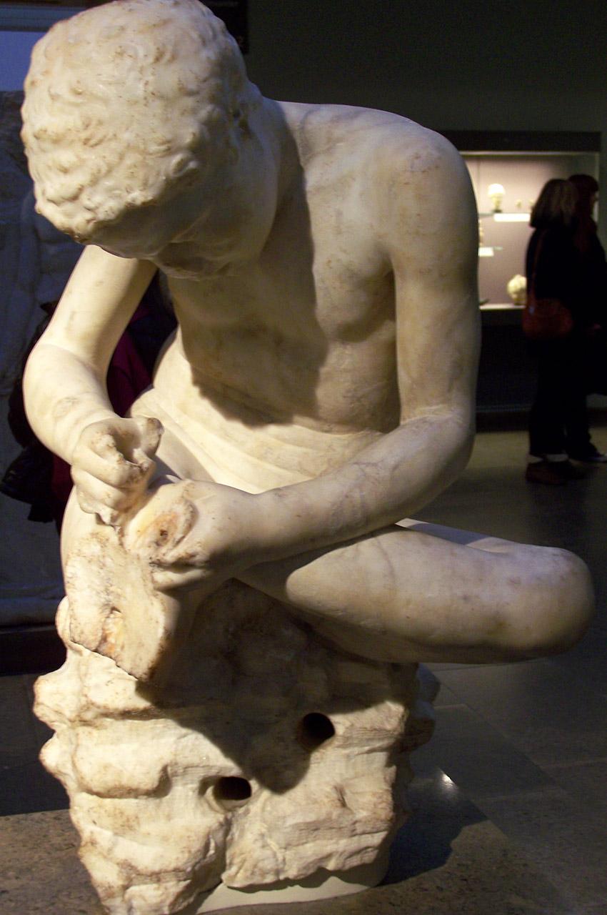 Statue en marbre d'un garçon, également connu sous le nom de «spinario»