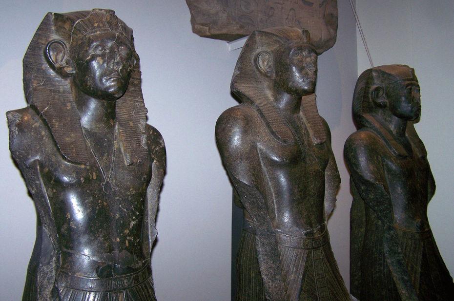 Statue of Senusret III (au milieu)