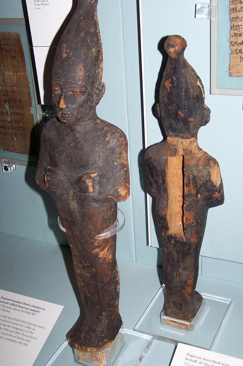 Statues d'Osiris en bois peint contenant des papyrus funéraires