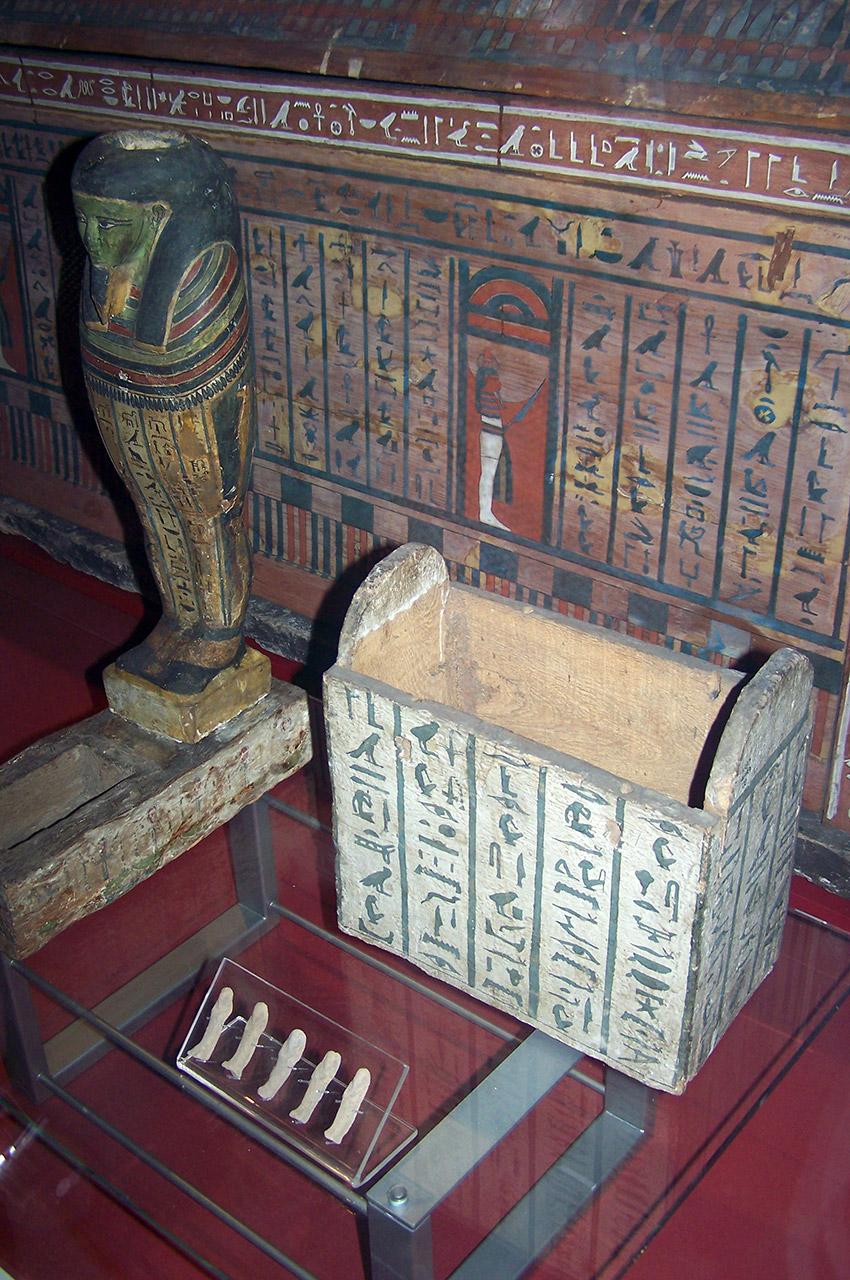 Statuette du dieu Ptah et coffre en bois