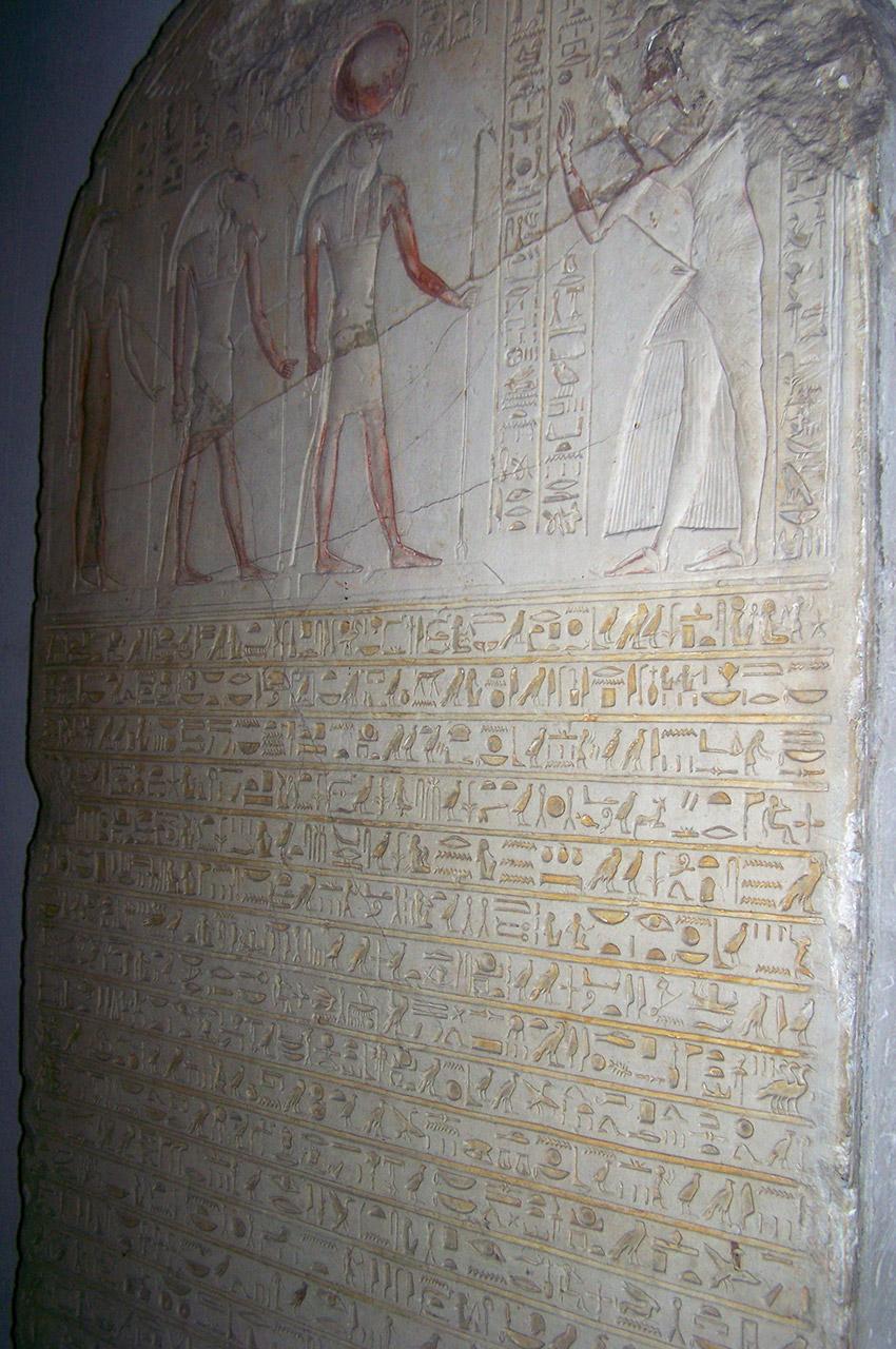 Stèle funéraire recouverte de hiéroglyphes