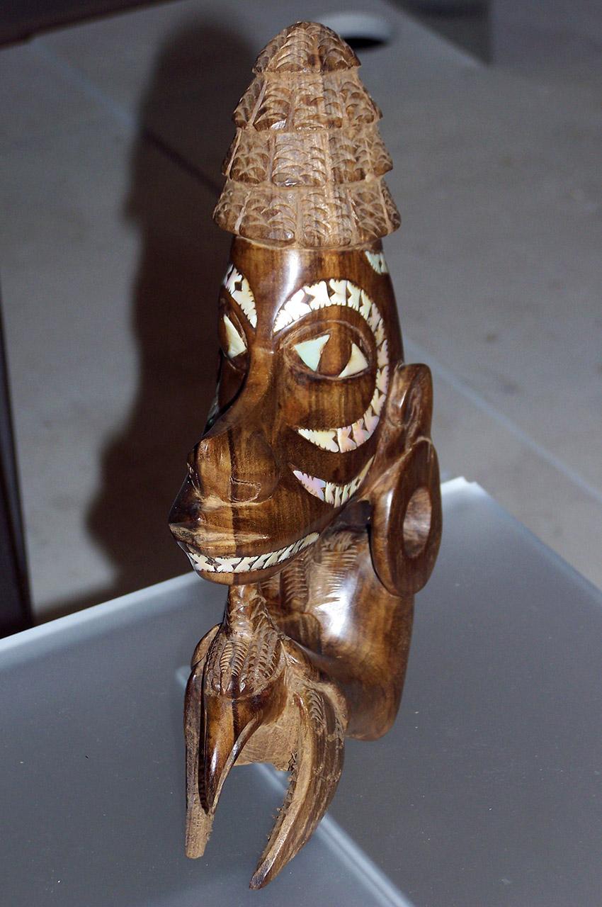 Tête en bois incrustée de coquillages - Îles Salomon