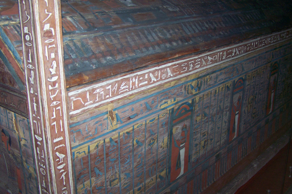 Tombeau égyptien couvert de hiéroglyphes