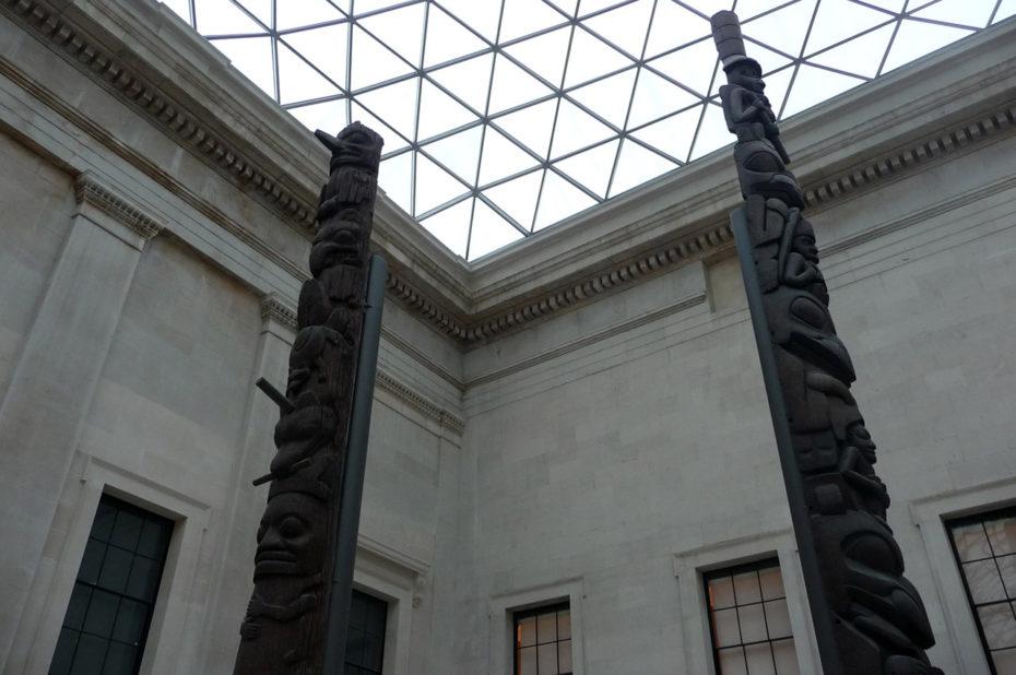 Totems en bois sculpté à l'entrée du musée