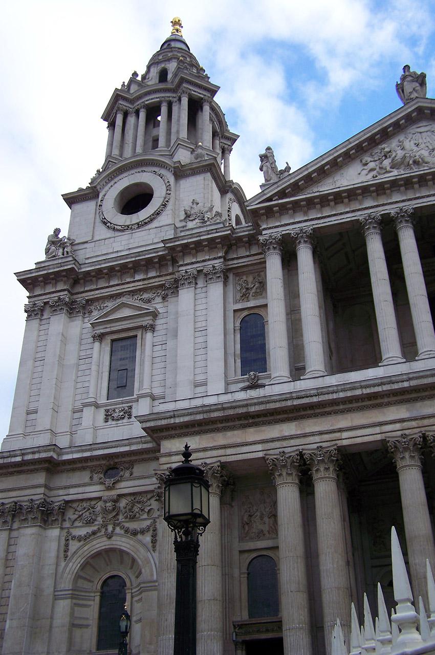 Tour horloge sans horloge de la façade ouest de la Cathédrale