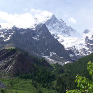 De la vallée au sommet enneigé de la Meije