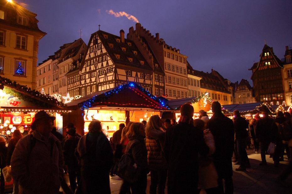Alsaciens et touristes se mêlent au marché de Noël