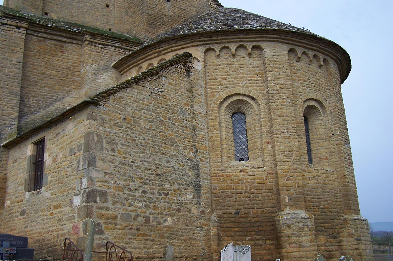 L'arrière de l'église de Mazille