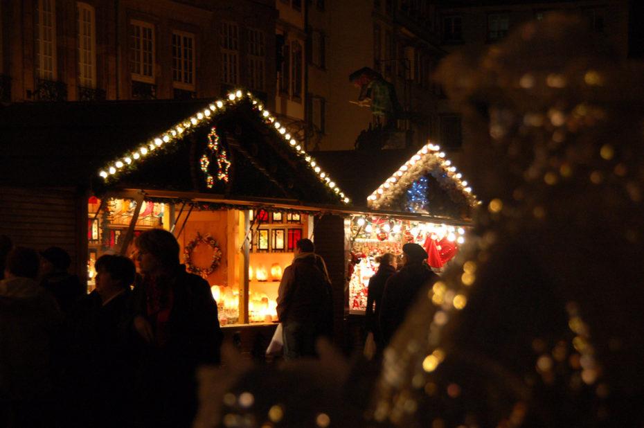 Les badauds déambulent devant les chalets du marché de Noël