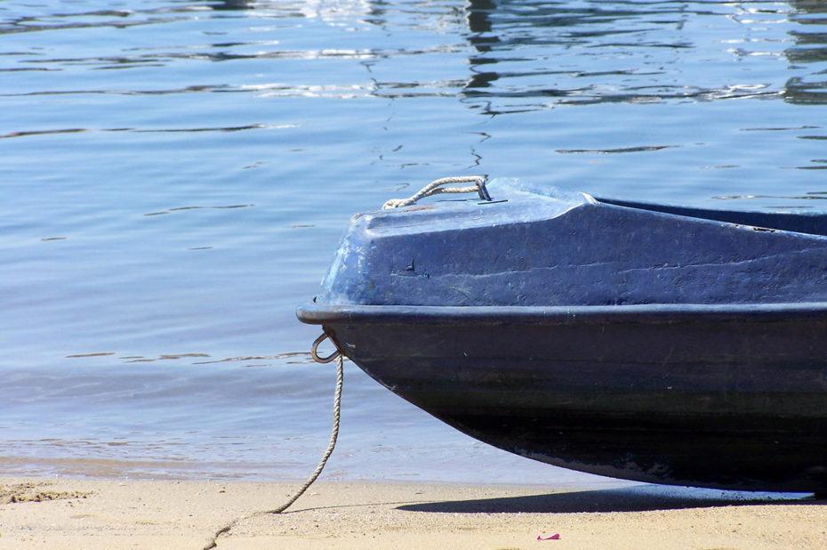 Une barque échouée sur la plage