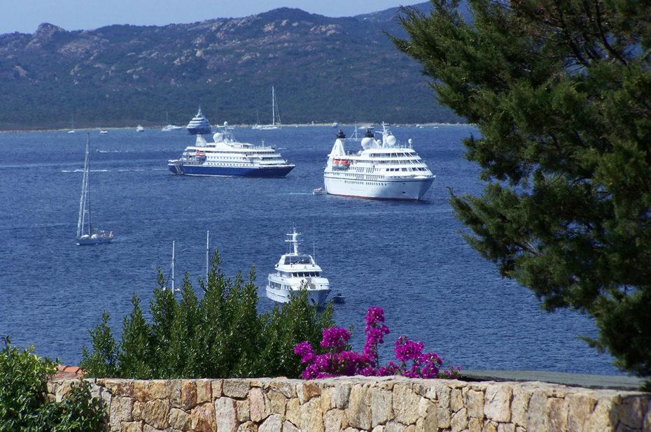 Des bateaux de croisière arrivent au port