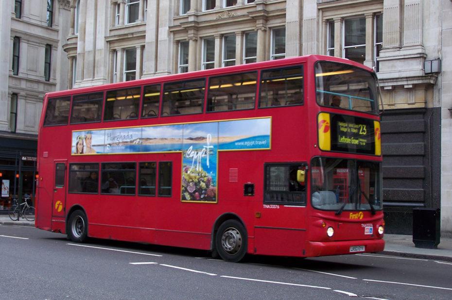 Un bus rouge à impériale, emblématique de Londres