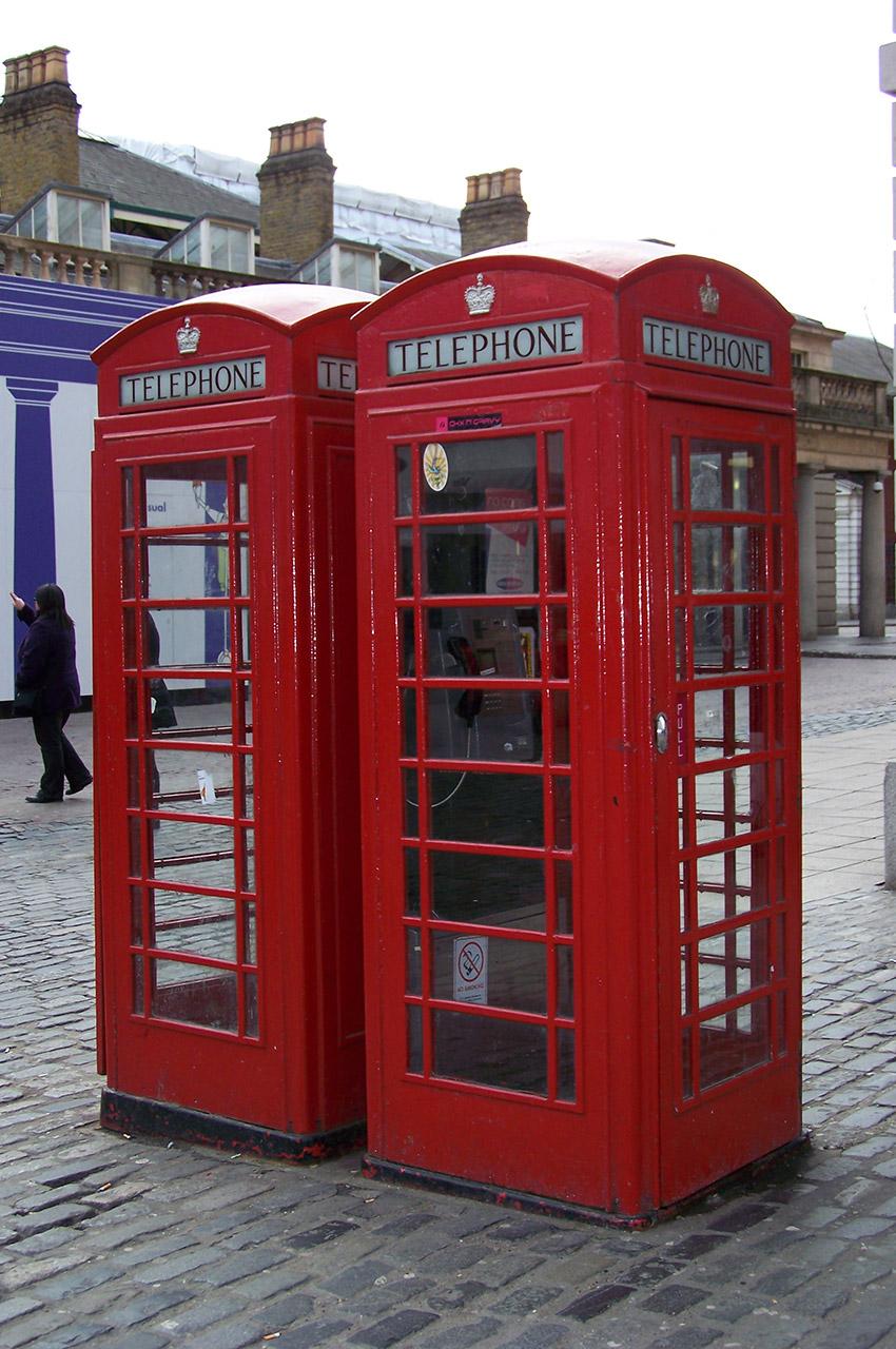 Cabines téléphoniques rouges devant Covent Garden